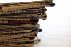 積み上がった新聞紙