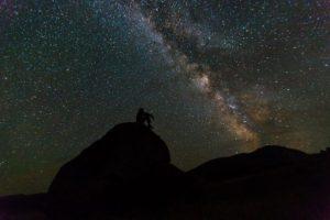 山の頭上に広がる星空
