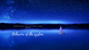 夜の海に浮かぶヨットと星空