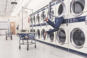 洗濯機に身体が巻き込まれる人